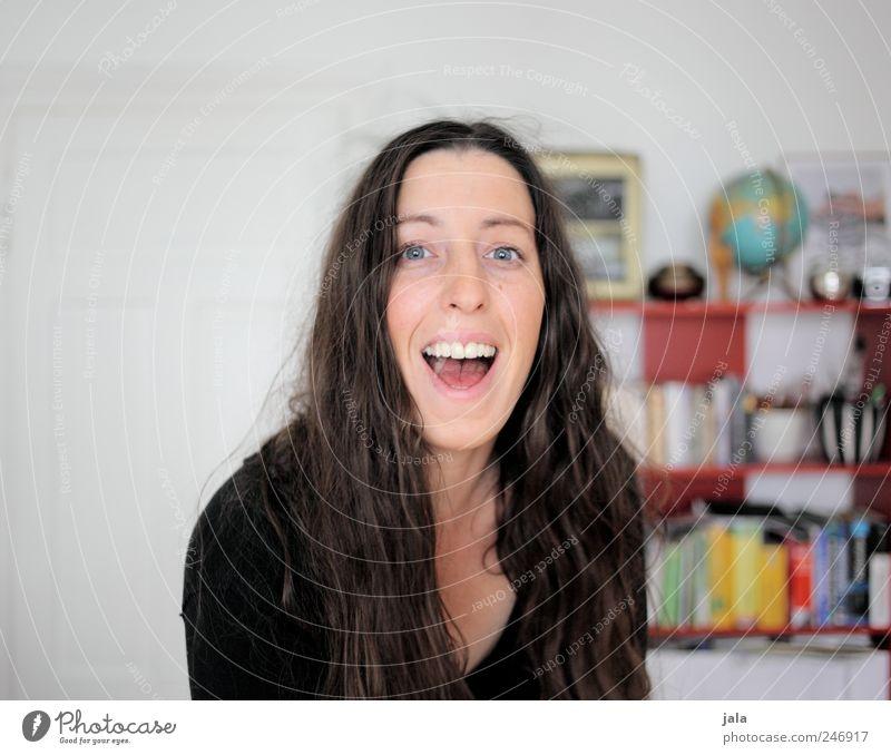 1300 | tschakka! Frau Mensch Freude feminin Glück Haare & Frisuren lachen Erwachsene Raum Wohnung Fröhlichkeit Häusliches Leben brünett Wohnzimmer Lebensfreude