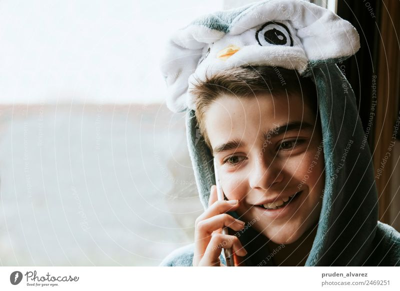 Kind in Schale geworfen, das am Telefon spricht. Lifestyle Glück Gesicht Entertainment Handy PDA Notebook Technik & Technologie Mensch Junge