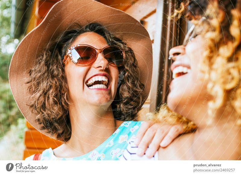 Freunde, die laut lachen. Freude Glück Sommer Sonne Unternehmen feminin Frau Erwachsene Freundschaft Partner Menschengruppe Straße Mode Lächeln Coolness modern