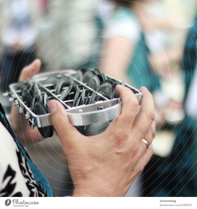 schellen Mensch Hand Bewegung Musik Feste & Feiern Kraft Freizeit & Hobby maskulin Metallwaren Kultur Umzug (Wohnungswechsel) Karneval hören Konzert Leidenschaft Ring