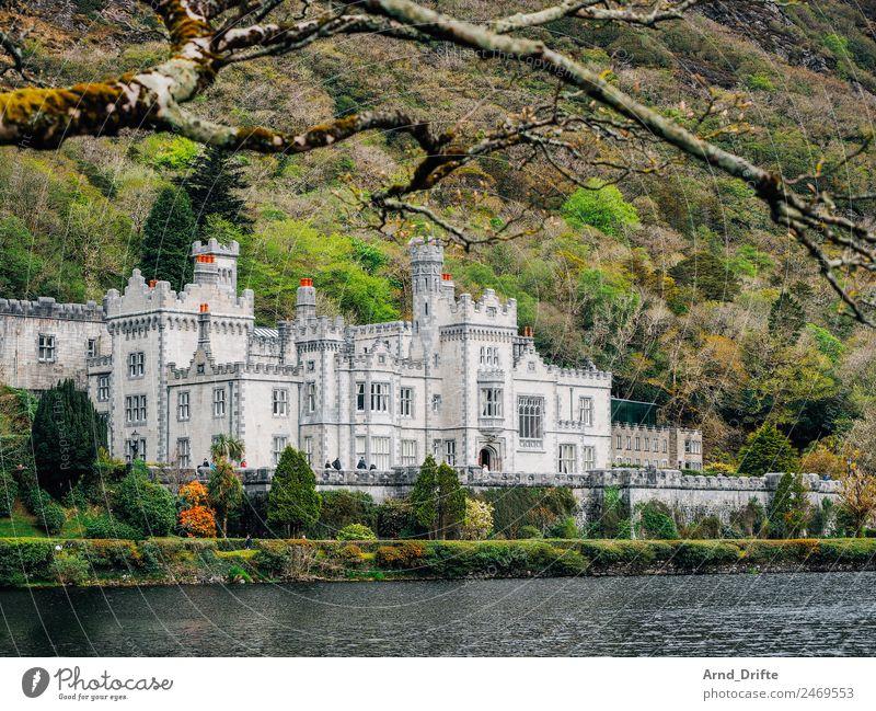 Irland - Kylemore Abbey Ferien & Urlaub & Reisen Tourismus Ausflug Sightseeing Sommer Sommerurlaub Landschaft Schönes Wetter Baum Berge u. Gebirge Teich See