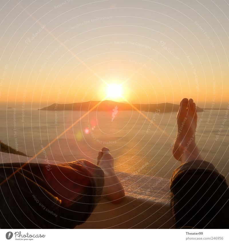 Happy Feet Sonne Meer Insel Fuß 1 Mensch Sonnenaufgang Sonnenuntergang Schönes Wetter Erholung Gelassenheit ruhig Griechenland Jeans Santorin lazy Füße hoch