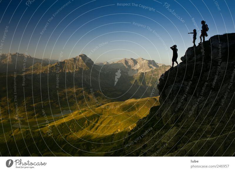 Blick von oben Klettern Bergsteigen wandern 3 Mensch Umwelt Natur Landschaft Wolkenloser Himmel Sommer Schönes Wetter Felsen Alpen Berge u. Gebirge Gipfel