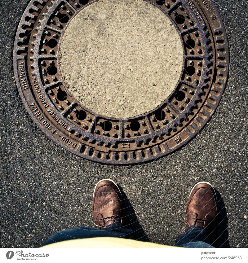 Underworld Mensch Erwachsene Straße Gefühle grau Stil Stein Fuß Schuhe Verkehr stehen Lifestyle trist Asphalt 18-30 Jahre Stadtleben