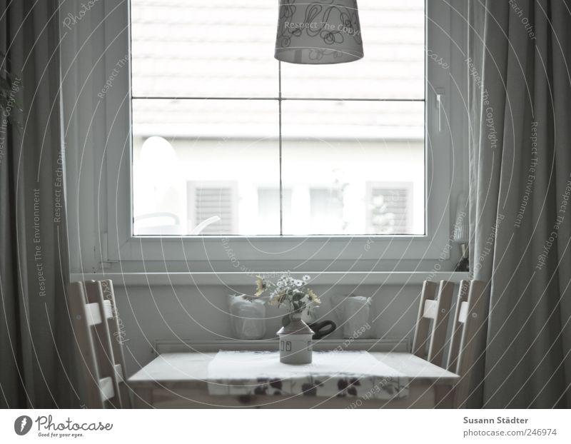 zuhause. Einsamkeit Haus kalt Fenster Lampe Wohnung Dach Blumenstrauß Vorhang Gardine Vase Gießkanne Farblosigkeit reduziert
