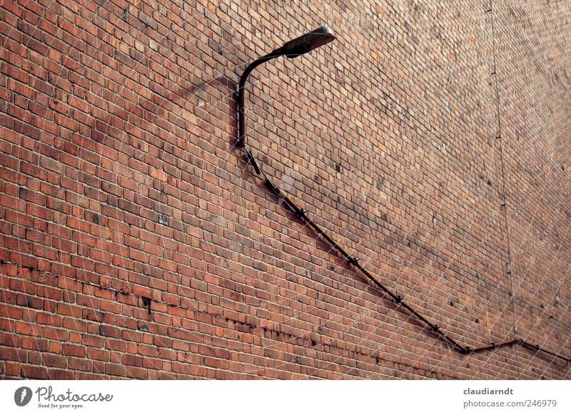 Lange Leitung Haus Gebäude Mauer Wand rot Backstein Backsteinwand Backsteinfassade Lampe Straßenbeleuchtung Beleuchtung Kabel lang Stein kahl Elektrizität