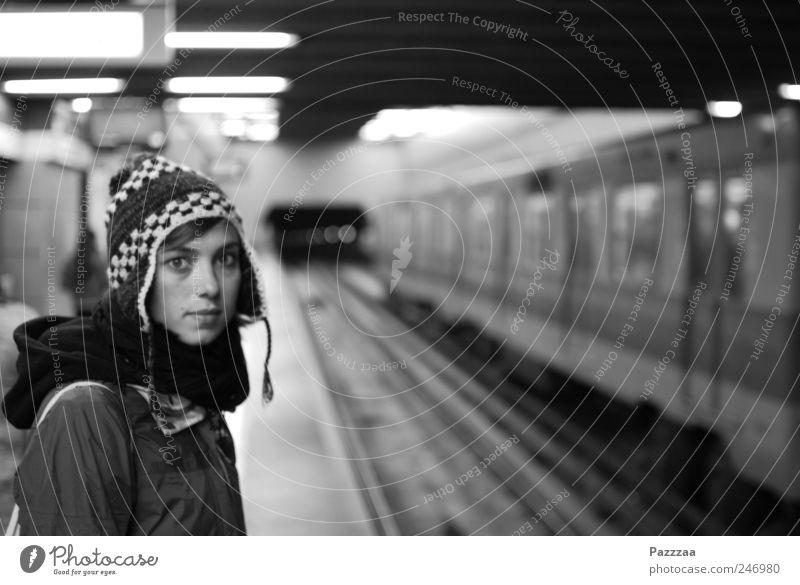 Das Mädchen in der Metro Mensch Jugendliche Stadt schön Gesicht feminin Erwachsene Gleise U-Bahn Mütze Bahnhof Fernweh Hauptstadt Junge Frau 18-30 Jahre Bahnfahren