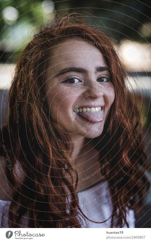 Außenporträt eines jungen, schönen, glücklichen, rothaarigen Mädchens. Lifestyle elegant Stil exotisch Glück Haare & Frisuren Mensch feminin Junge Frau