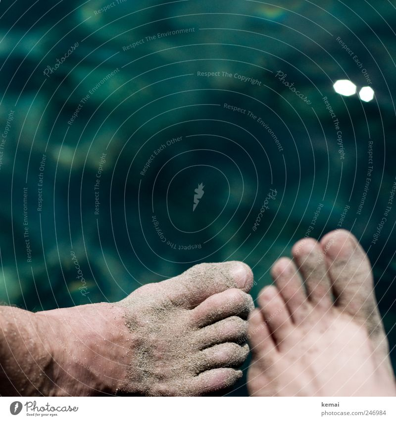 10 Zehen Ferien & Urlaub & Reisen Sommer Sommerurlaub Strand Meer Mensch Paar Leben Fuß Fußrücken Spann 2 Wasser nass blau grün Sand dreckig rechts links
