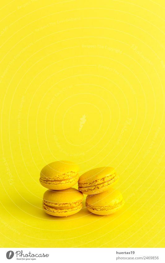 Köstliches Makkaron mit gelbem Hintergrund Lebensmittel Dessert Süßwaren sauer Farbe Macaron vereinzelt Kuchen süß farbenfroh Französisch Biskuit Bäckerei