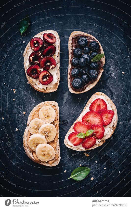 Frisches Brot mit süßen Früchten - gesundes Frühstück Gesundheit Gesunde Ernährung Frucht Kirsche Banane Erdbeeren Blaubeeren Schokolade Sahne Frischkäse Snack