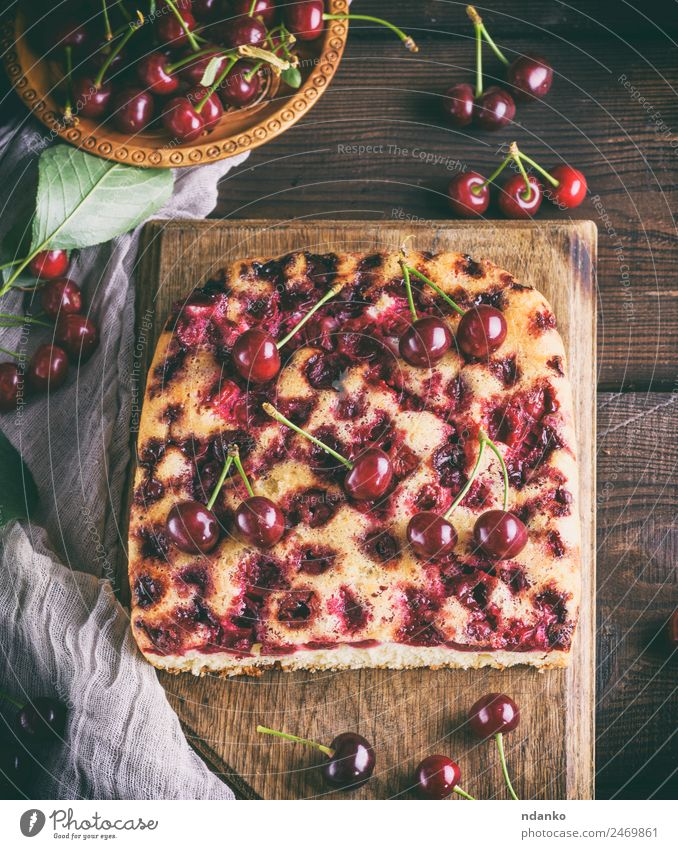 gebackener Kuchen mit Kirschen Frucht Dessert Süßwaren Schalen & Schüsseln Holz Essen frisch lecker oben braun rot Pasteten Spielfigur Hintergrund Bäckerei