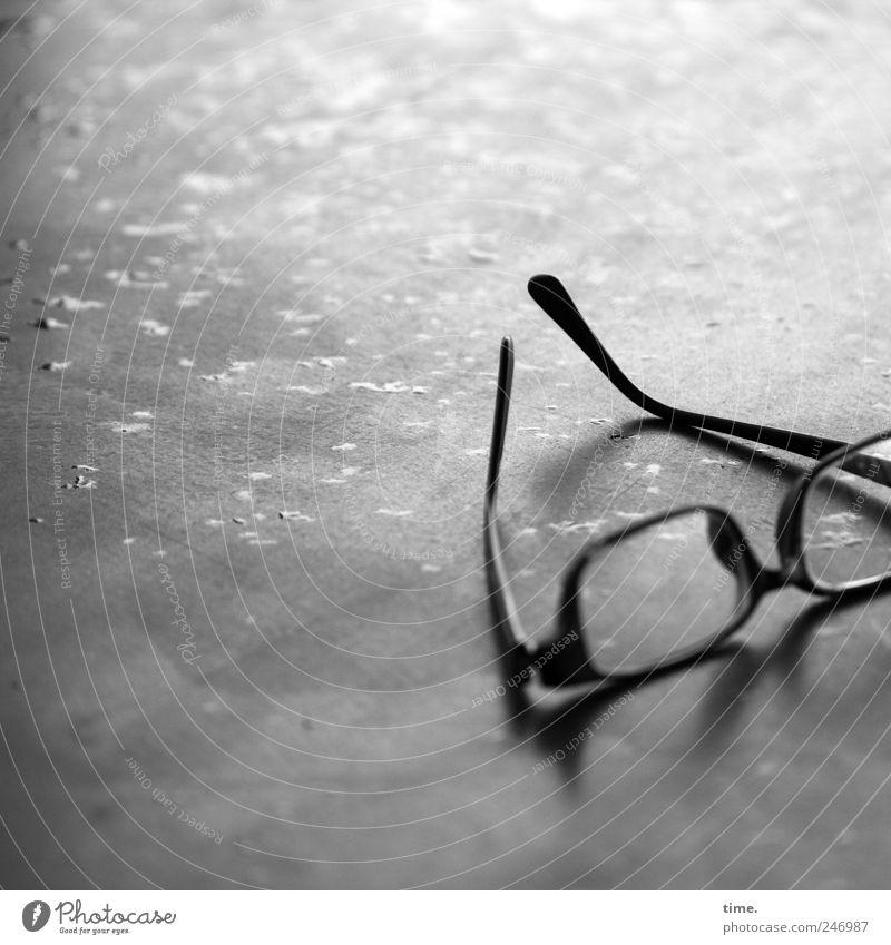 müde nass Wassertropfen liegen Tisch Brille Tropfen feucht Tischplatte Kleiderbügel Brillengestell