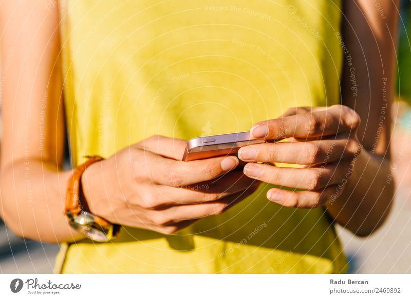 Junge Frau beim Überprüfen ihres Mobiltelefons Telefon Mobile Hand PDA Halt Solarzelle Nahaufnahme benutzend Internet klug Technik & Technologie Mitteilung