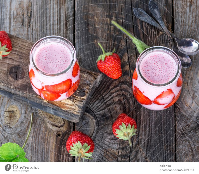 Joghurt mit frischen Erdbeeren Frucht Dessert Frühstück Diät Getränk Saft Glas Tisch Holz Essen saftig grün rot Milchshake Hintergrund Gesundheit Lebensmittel