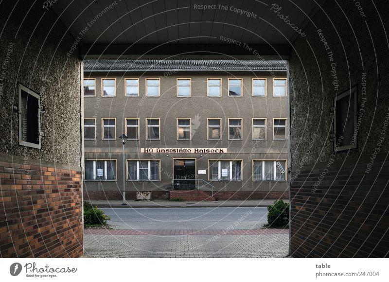 es ist angerichtet... alt Stadt Haus schwarz Straße dunkel Wand Fenster Architektur grau Mauer Stein Arbeit & Erwerbstätigkeit braun Tür Glas