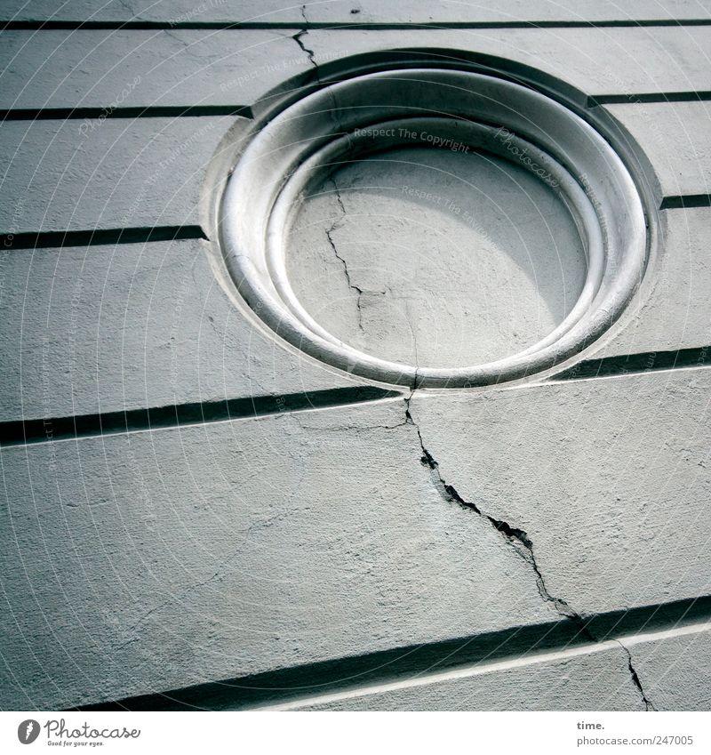 krrk Wand Mauer Kreis kaputt rund verfallen diagonal Putz Riss parallel abblättern
