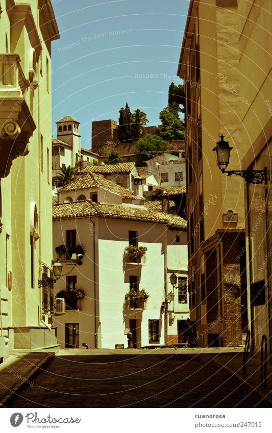 Granada Europa Stadt Altstadt Gebäude Fassade Sehenswürdigkeit alt ästhetisch historisch schön einzigartig Gasse Straße Haus Tourismus Städtereise Farbfoto