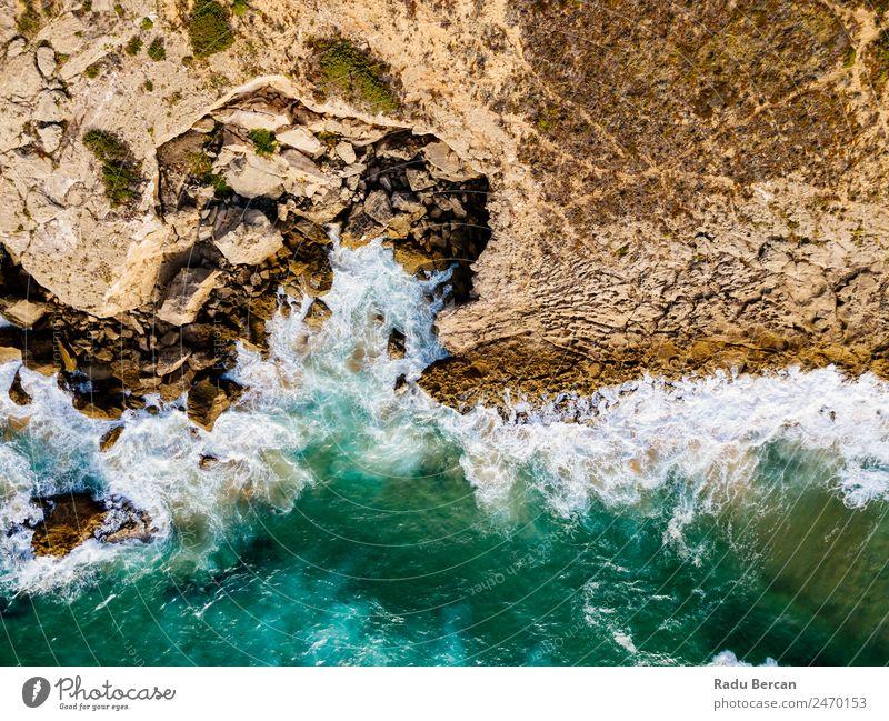 Luftaufnahmen von dramatischen Meereswellen, die auf felsige Landschaften prallen. Bewegung langsam Wellen Fluggerät Felsstrand Strand Felsen abstrakt Dröhnen