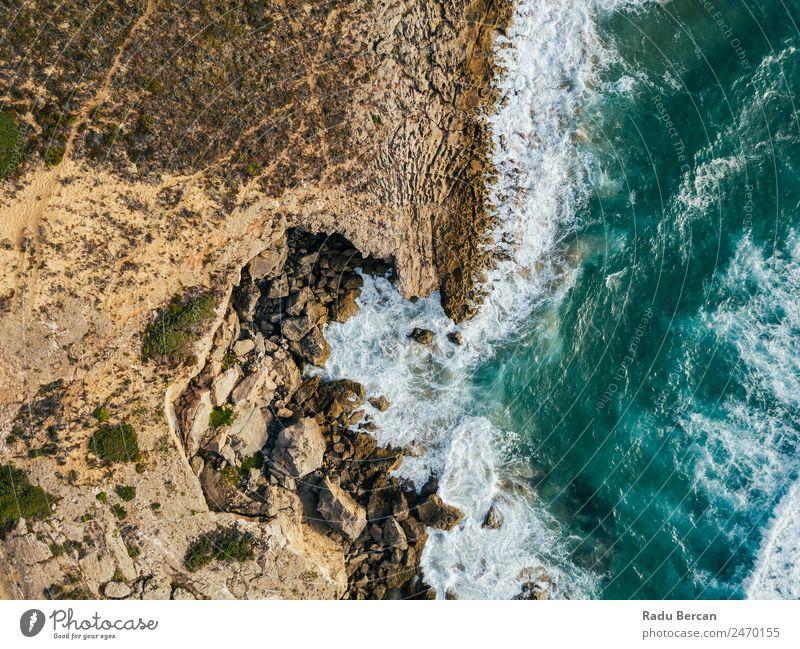 Luftaufnahmen von dramatischen Meereswellen, die auf felsige Landschaften prallen. Bewegung Wellen Fluggerät Strand Felsen