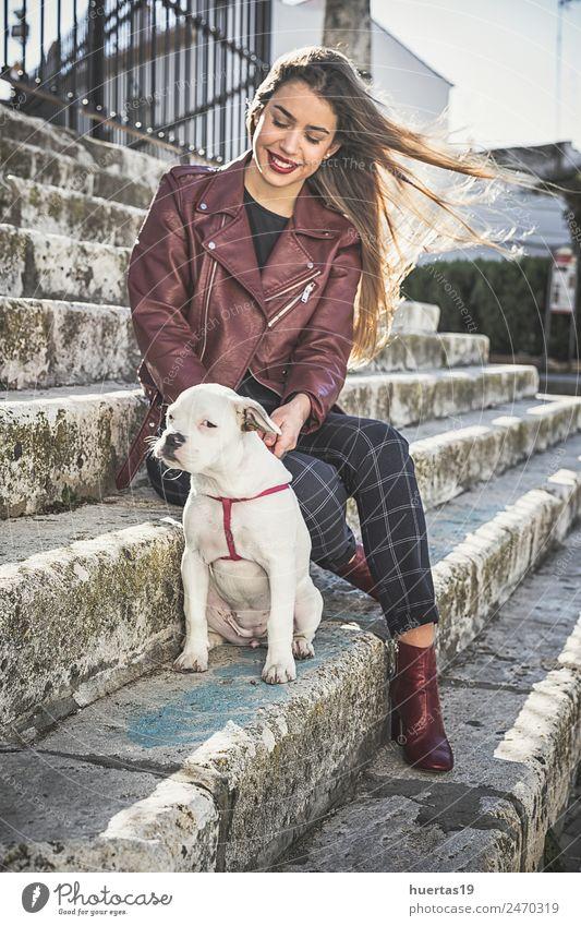 Schönes blondes Mädchen mit Boxerhund schön Mensch feminin Junge Frau Jugendliche Erwachsene Freundschaft 1 18-30 Jahre Mode Tier Haustier Hund Lächeln Umarmen