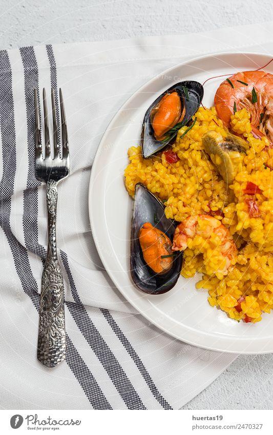 Traditioneller Reis in Paella mit Fisch und Fleisch Lebensmittel Meeresfrüchte Gemüse Diät Teller Gesunde Ernährung sauer Krebstier Hähnchen schmoren Spanisch