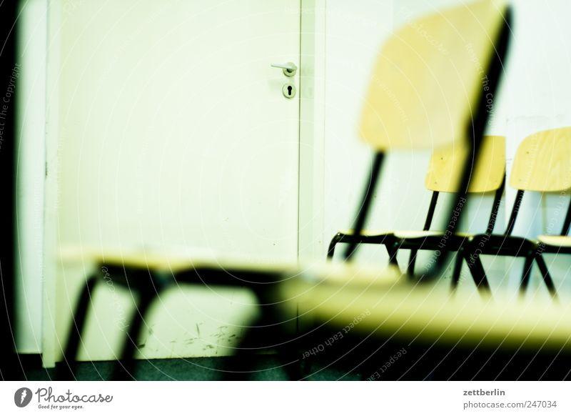 Wartezimmer Stuhl Berufsausbildung Arbeit & Erwerbstätigkeit Arbeitsplatz Dienstleistungsgewerbe Sitzung Arbeitslosigkeit sitzen warten trist Behörden u. Ämter