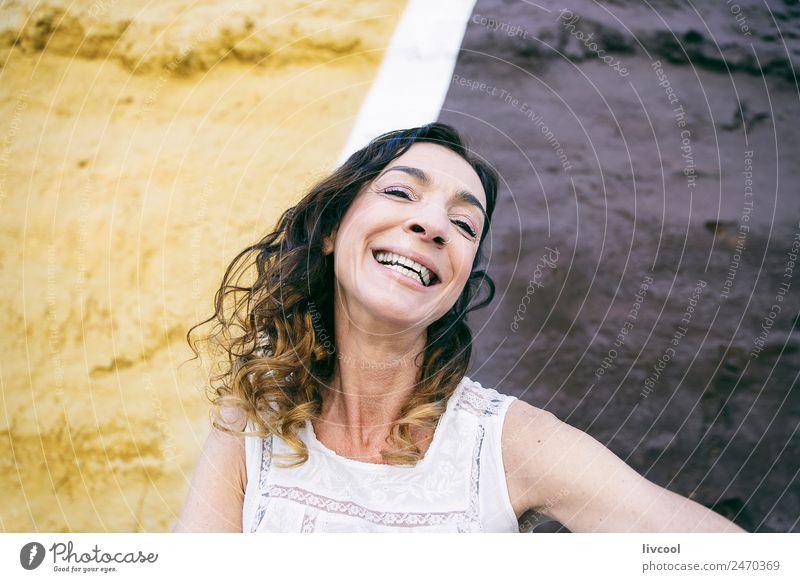 Frau Mensch Stadt schön Erotik Erholung ruhig Freude Gesicht Straße Erwachsene Lifestyle Leben Graffiti Senior feminin