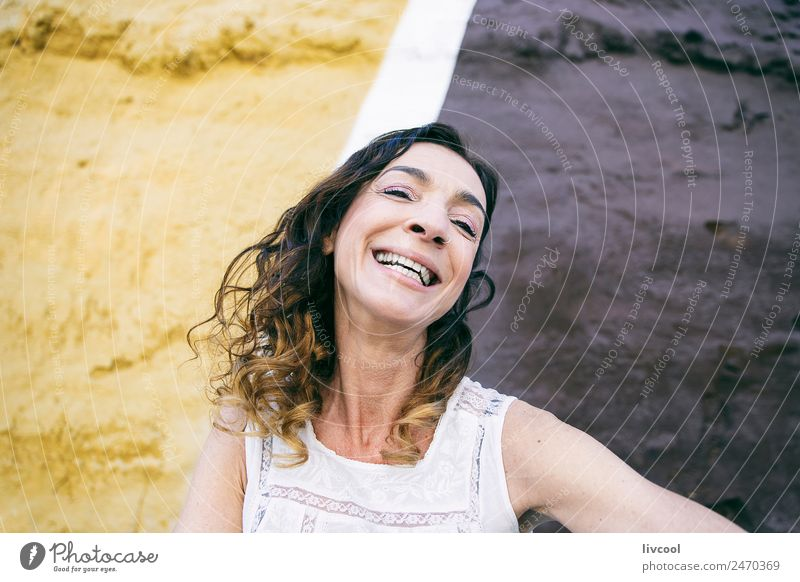 lächelnde Frau, Spanien Lifestyle Glück schön Gesicht Leben Erholung ruhig Mensch feminin Erwachsene Weiblicher Senior 1 45-60 Jahre Kunst Fassade Straße Tattoo
