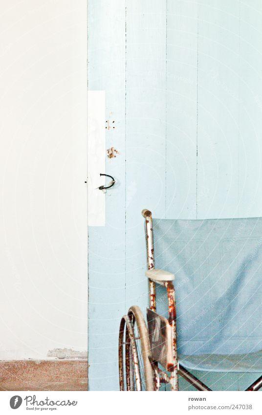 heilanstalt Mauer Wand Tür kaputt retro Rollstuhl verfallen Rost blau trist Farbfoto Gedeckte Farben Innenaufnahme Textfreiraum links Textfreiraum oben