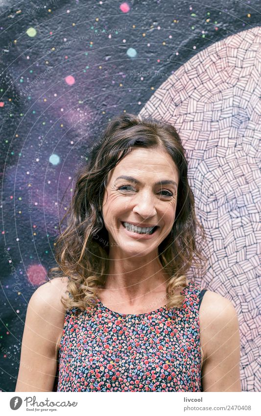 Frau Mensch schön Farbe Erotik Erholung ruhig Freude Gesicht Straße Erwachsene Lifestyle Leben Graffiti Senior Glück