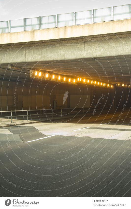 Unterführung Stadt Wege & Pfade Gebäude Beleuchtung Verkehr leer Brücke fahren Güterverkehr & Logistik Asphalt Bauwerk Tunnel Verkehrswege Hauptstadt
