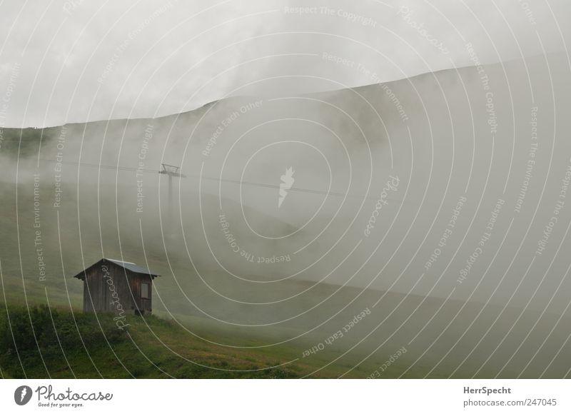 Hüttenwetter Umwelt Natur Landschaft schlechtes Wetter Nebel Alpen Berge u. Gebirge bedrohlich kalt grau grün Einsamkeit Endzeitstimmung Alm Seilbahn Hügel
