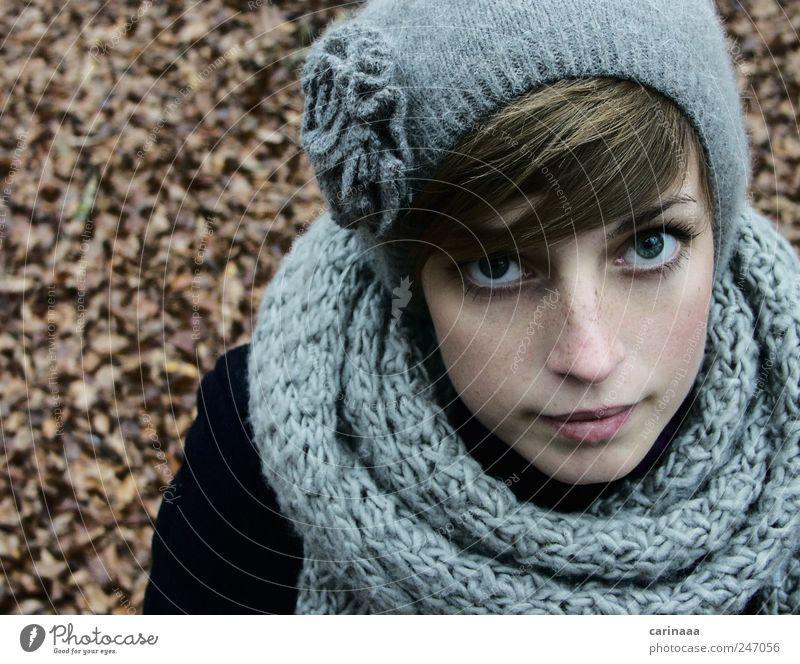 Herbst Haare & Frisuren Haut feminin Junge Frau Jugendliche Erwachsene Gesicht 1 Mensch 18-30 Jahre Natur Blatt Mode Bekleidung Stoff Schal Mütze brünett Pony