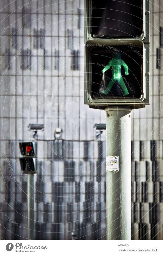 nur bei grün Stadt Bauwerk Gebäude Ampel Verkehrszeichen Verkehrsschild beobachten gehen warten rot Optimismus geduldig Fairness Kontrolle Regel Fußgänger