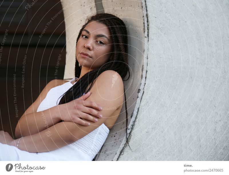 Nikolija feminin Frau Erwachsene 1 Mensch Bauwerk Architektur Kleid brünett langhaarig Beton beobachten festhalten Blick dunkel schön Stadt selbstbewußt