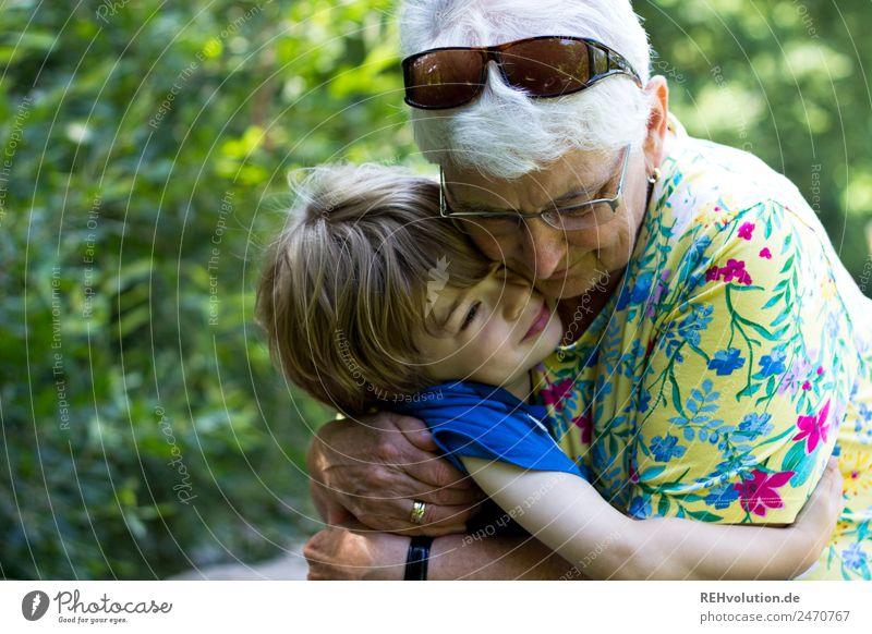 Oma kuschelt mit ihrem enkel Frau Kind Mensch Natur alt Lifestyle Umwelt Liebe Senior natürlich feminin Familie & Verwandtschaft Glück Junge Zusammensein Park
