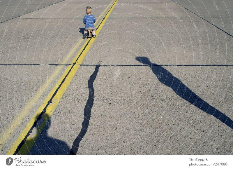 So lonely Straße Familie & Verwandtschaft Familienplanung Scheidung Partnerschaft Krise Kind Schatten Silhouette Trennung auseinandergelebt auseinandergehen