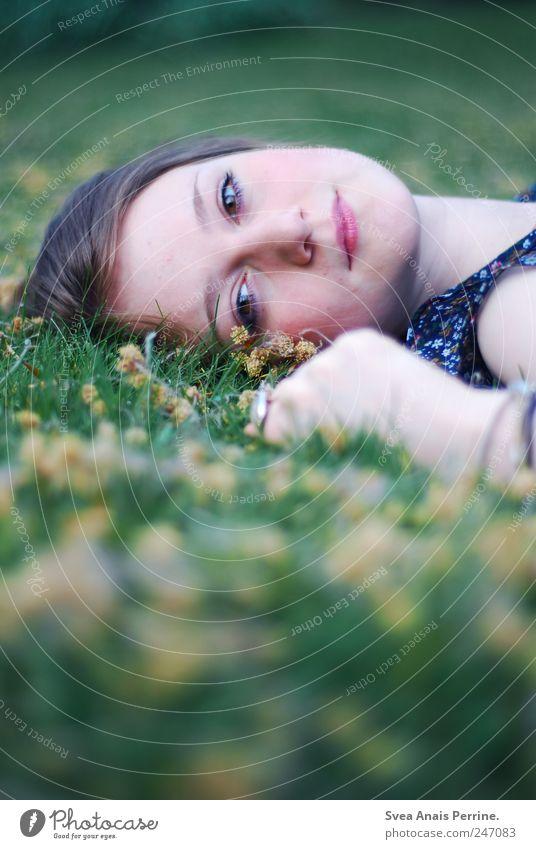 zeit was zu. feminin Junge Frau Jugendliche Kopf Haare & Frisuren Gesicht 1 Mensch 18-30 Jahre Erwachsene Park Wiese blond Zopf liegen außergewöhnlich