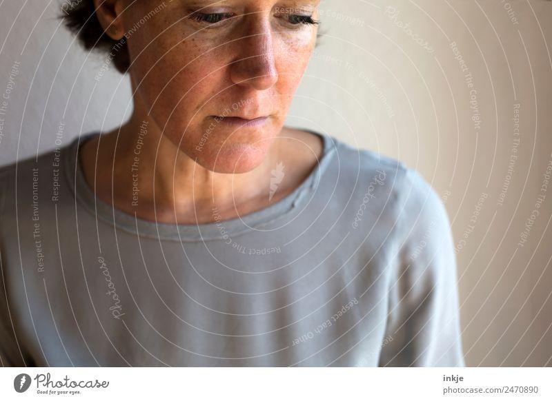 Titel siehe Schlagworte Frau Mensch Gesicht Erwachsene Leben Traurigkeit natürlich Gefühle Denken Stimmung nachdenklich 45-60 Jahre authentisch einfach Trauer