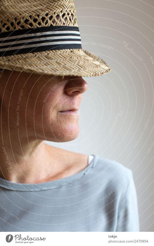Sichtschutz 2 Frau Erwachsene Leben Gesicht 1 Mensch 30-45 Jahre Hut Strohhut Coolness Vor hellem Hintergrund ernst lässig Farbfoto Außenaufnahme Innenaufnahme