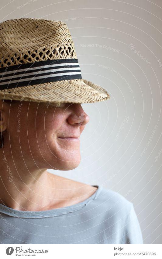 Sichtschutz Frau Mensch Gesicht Erwachsene Lifestyle Leben natürlich Stil Mode Freizeit & Hobby Lächeln Freundlichkeit Hut 30-45 Jahre Strohhut