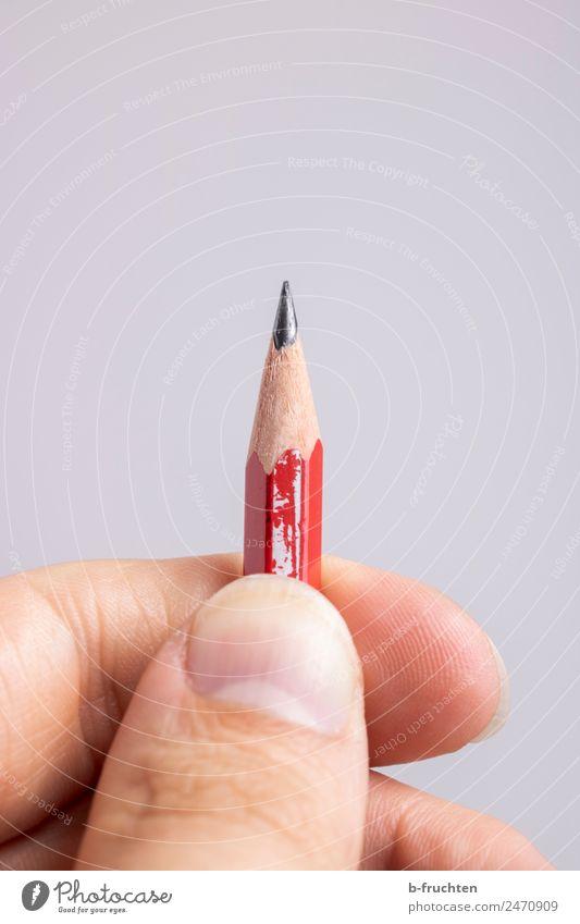 kleiner Bleistift lernen Büroarbeit Arbeitsplatz Business Mann Erwachsene Finger Schreibwaren festhalten Idee innovativ Inspiration Spitze gespitzt schreiben