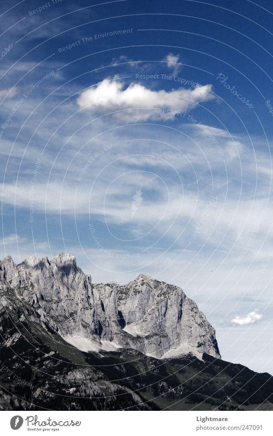 Über den Steinen Ferne Expedition Berge u. Gebirge Klettern Bergsteigen Natur Landschaft Wolken Wetter Schönes Wetter Felsen Alpen Gipfel blau grau Stimmung
