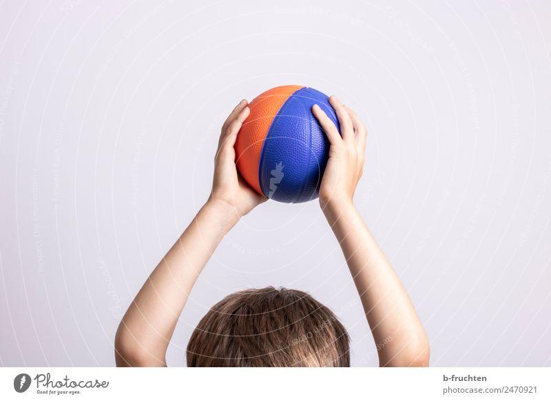 Ballspiel Sport Ballsport Kind Kopf Haare & Frisuren 3-8 Jahre Kindheit festhalten Spielen Freizeit & Hobby Freude hoch Bewegung Farbfoto Innenaufnahme
