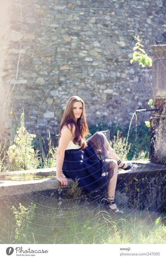 Märchen feminin Junge Frau Jugendliche 1 Mensch 18-30 Jahre Erwachsene Kleid brünett langhaarig außergewöhnlich schön einzigartig elegant Brunnen sitzen