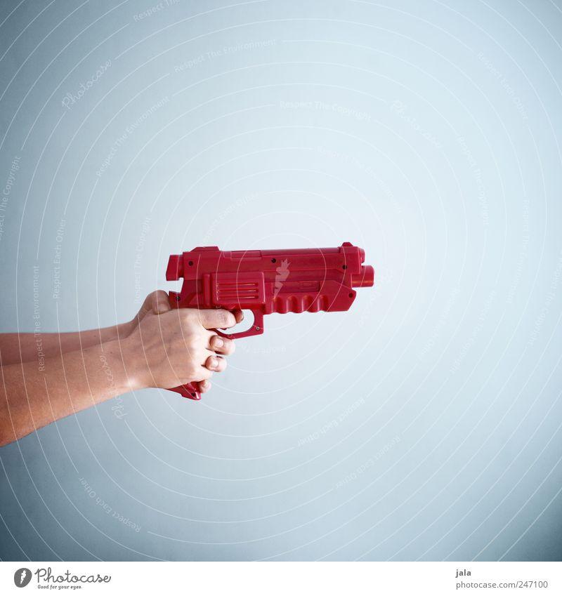 peng! Spielen Mensch Hand Waffe Waffengewalt Aggression blau rot Gewalt Hass Farbfoto Innenaufnahme Textfreiraum rechts Textfreiraum oben Textfreiraum unten