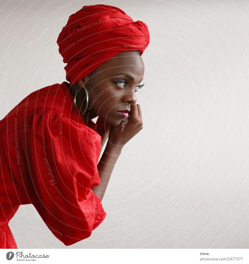 Tash feminin Frau Erwachsene 1 Mensch Kleid Ohrringe Kopftuch beobachten festhalten Blick schön selbstbewußt Leidenschaft Wachsamkeit Leben elegant Kontrolle