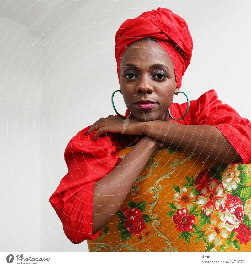 Tash Sessel Raum feminin Frau Erwachsene 1 Mensch Kleid Ohrringe Kopftuch beobachten Erholung festhalten Blick sitzen schön mehrfarbig rot Zufriedenheit Ehre