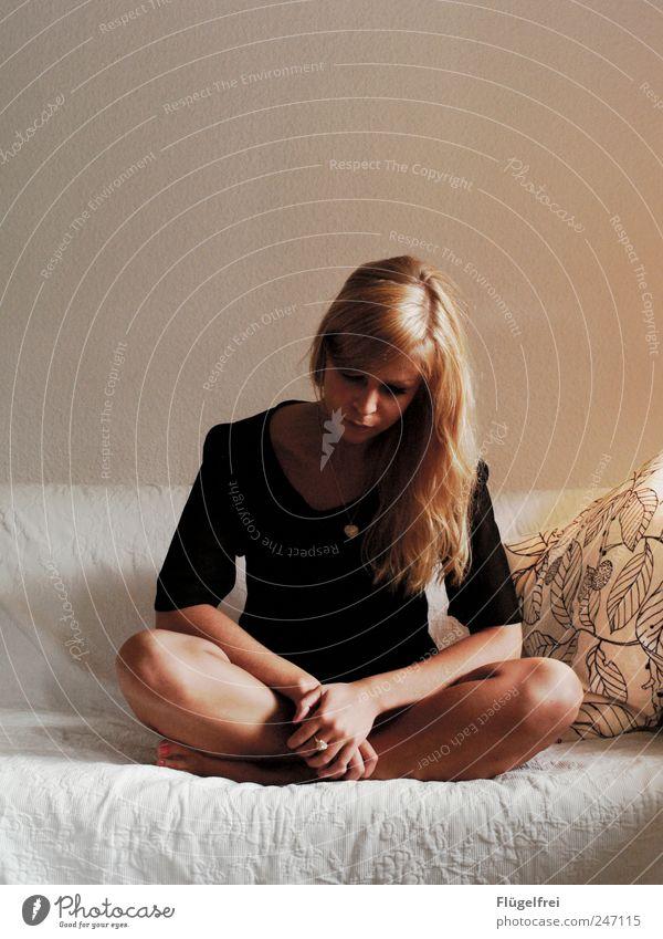 Innere Ruhe finden feminin Junge Frau Jugendliche 1 Mensch 18-30 Jahre Erwachsene sitzen blond Haare & Frisuren Sofa Kissen Kette gefaltet Meditation Gedanke